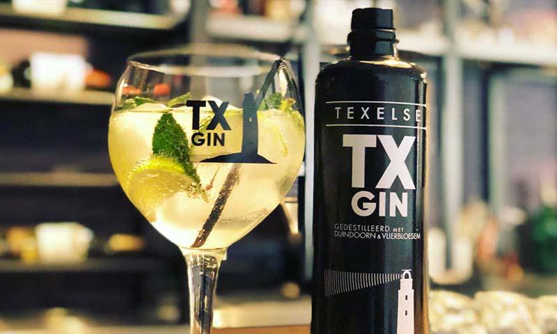 hotel-op-diek-texelse-gin-tx-in-de-bar-lounge